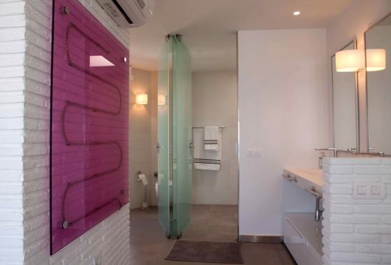 El lavabo está situado al lado del dormitorio.