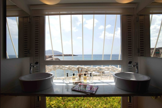 Doble lavabo con vistas al mar.